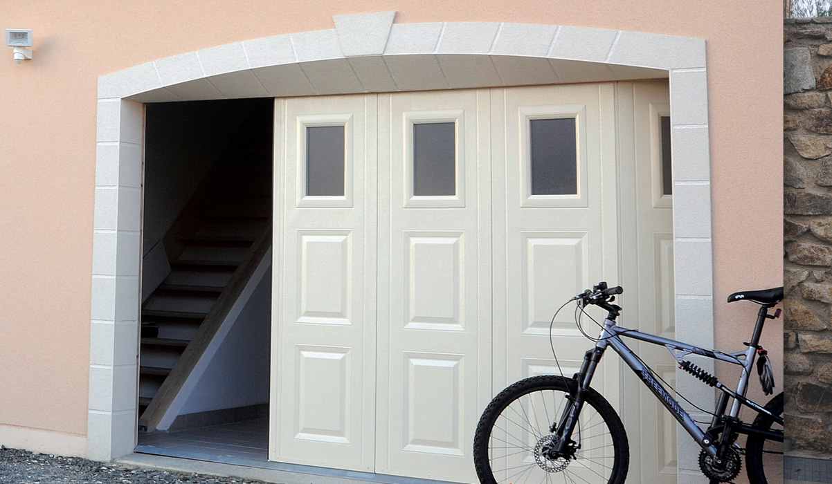Porte de garage d placement lat ral touat menuiserie for Porte de garage en pvc coulissante