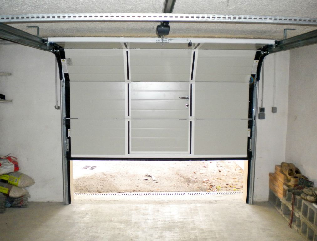 Porte de garage sectionnelles touat menuiserie for Porte de garage sectionnelle harmonic avec portillon